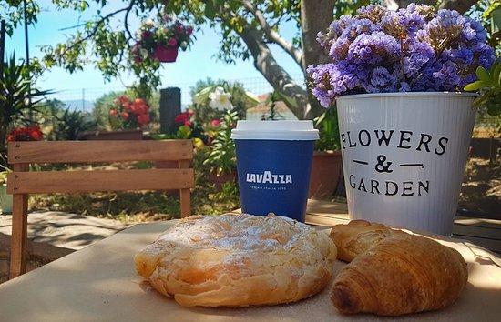 Lemnos Bakery - Oikogeneia Poriazi: Πρωινό στην αυλή!