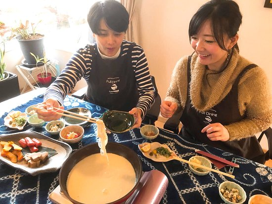 Ibaraki, Japonia: Picking up yuba.  Please enjoy yuba with various condiments.