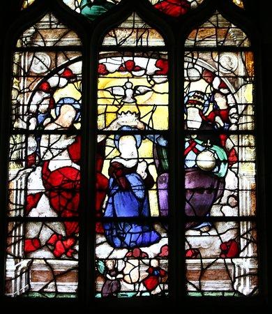 A voir la chapelle du couronnement de la vierge, celle-ci a était construite en 1974, mais à l'intérieur, j'ai bien aimé le triptyque datant du 15é Siècle ainsi que les vitraux datant du 16é Siècle