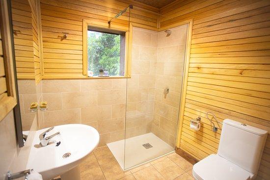 Bayanga, สาธารณรัฐแอฟริกากลาง: Beautiful bathroom built in rustic ceramic and wood welcome you when you come from the bush!