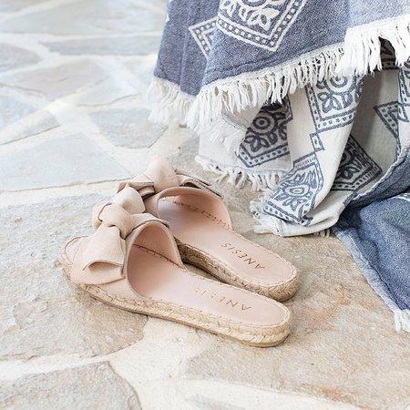 Summer bow sandals.