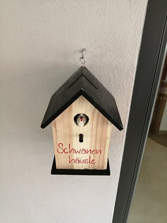 Gasthaus Schwanen Nehren: schöne Idee, Vogelhaus dient zur Rücknahme der Zimmerkarten