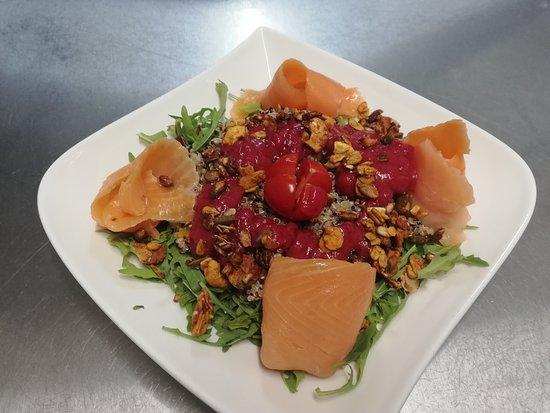 Le Jardin des Saveurs: Salade du moment Ici quinoa bio, truite fumée, fruits secs torréfiés, vinaigrette de fruits rouges.