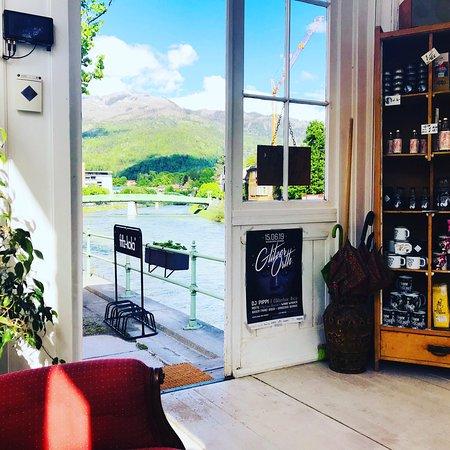 Besuch uns an der Esplanade in Bad Ischl und finde bei uns dein passendes Geschenk oder Souvenir! Du möchtest lieber deine Seele ein wenig baumeln lassen? Dann gönn Dir einen wunderbaren Espresso oder ein Schlückchen Prosecco! Wir freuen uns auf deinen Besuch!  . . #sissikuss #einkaufen #badischl #kaffee #traunufer #esplanade #souvenirs #geschenke #coffeetogo #ginelisabeth #gastgarten #saalzkammergut #austria #prosecco
