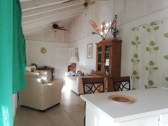 Gibbes, บาร์เบโดส: The Cottage, breakfast bar leading into the sitting room, opening onto the veranda via two sets of french doors.  Inside outside living... www.gibbsglade.com