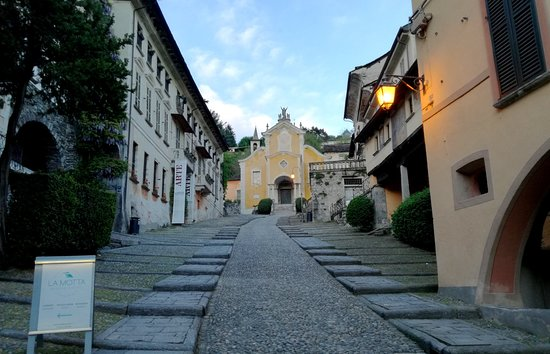 Orta S. Giulio, il borgo antico di sera, Salita della Motta