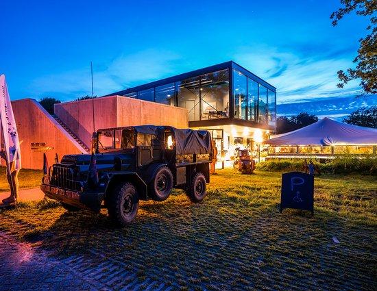 Renswoude, هولندا: Grebbelinie bezoekerscentrum met militair voertuig