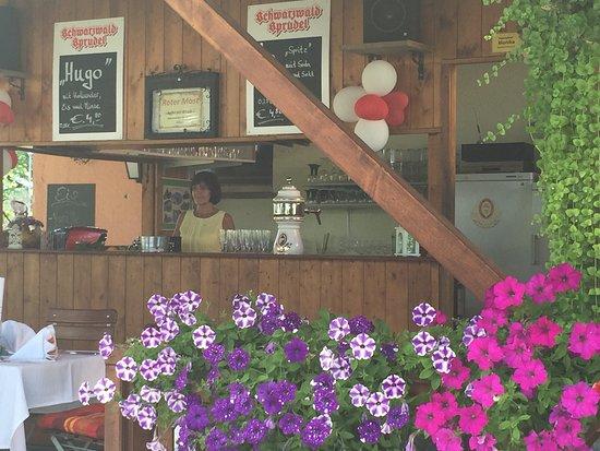 """Bermatingen, Tyskland: Ein Besuch im ,,Frieden """"lohnt sich. Genießen mit Freunden ist das Motto."""