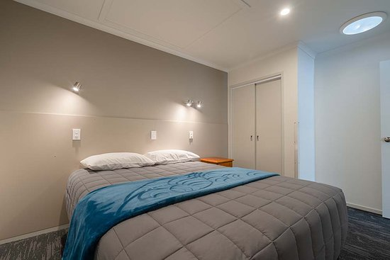 Spa executive unit, accommodates 3 people and has 1 queen bed in the separate room and 1 single in the lounge area.