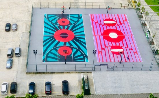 Tamsui, Xinbei: 國際藝術籃球場Art Basketball Court By Filip Pagowski! 籃球場?沒錯,就是籃球場。作為提供籃球員揮灑夢想與汗水的場所,近年來有不少品牌與藝術家,像是紐約Nike × KAWS「New York Made」藝術籃球場、法國巴黎Pigalle籃球場、義大利Carlo Carrà公園藝術籃球場,皆企圖為這個長方形輪廓區域,用繽紛色彩為都市重新建構出多樣化面貌。而位處淡海新市鎮的國際藝術籃球場Art Basketball Court By Filip Pagowski亦是如此,不僅邀來曾打造時尚設計師川久保玲有名愛心圖騰的波蘭插畫家Filip Pagowski(菲利普帕戈斯基),更希望藉由大師藝術巧思,打造充滿藝術運動能量的籃球場。