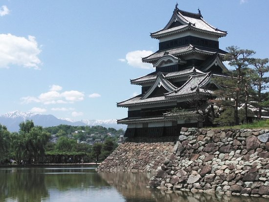 Matsumoto Castle: 残雪の北アルプスと松本城