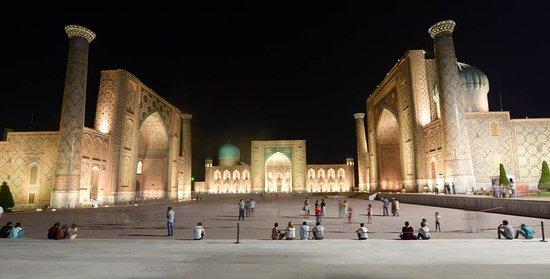 """Uzbekistan: """"Nadie debería irse de Samarcanda sin ver el Registán iluminado, precioso, mágico... !imponente!"""" ¿Quieres leer más? Visita viajes.chavetas.es"""