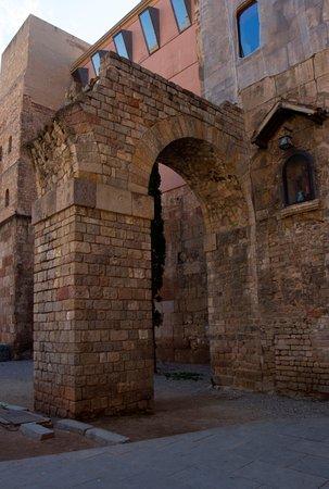 Roman aqueduct reconstruction.  Reconstrucción del acueducto romano.