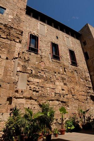 Area of roman city wall recently rediscovered.  Área de muralla romana recientemente redescubierta.
