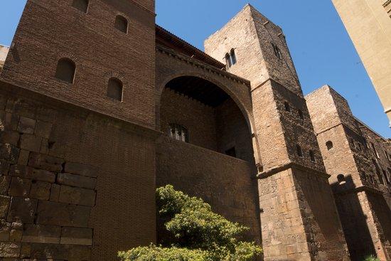 Exterior view of the Requesens Palace.  Vista exterior del Palau Requesens.