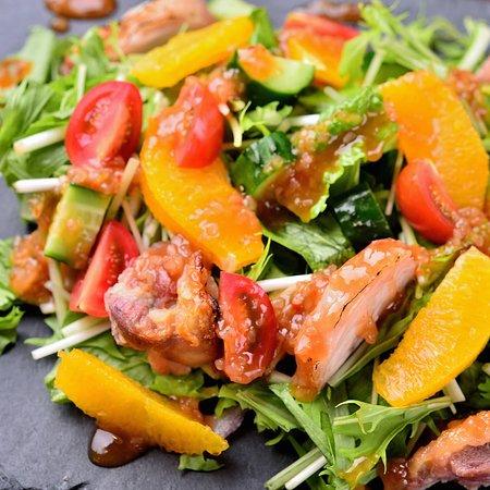 チキンとオレンジのパワーサラダ 柔らかく低温調理したチキンと相性ばっちりのオレンジを合わせた、今人気のパワーサラダです。