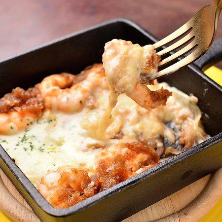 チーズタッカエビ 今、流行のチーズタッカルビをエビで仕上げました。甘辛く炒めたエビをチーズに絡めてお召し上がりください。