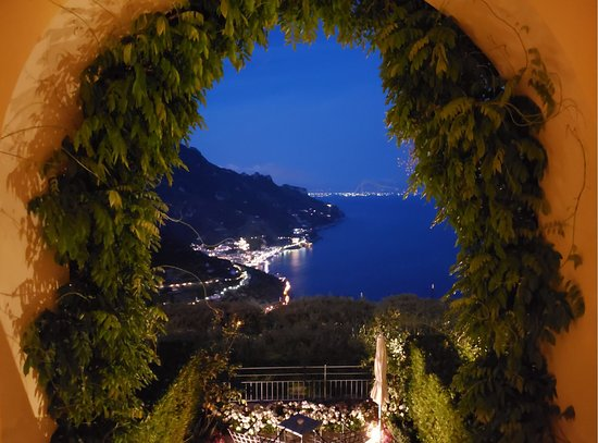 Belmond Hotel Caruso: The night time view was amazing.
