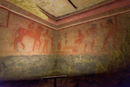 Chiusi, إيطاليا: Al centro, sotto l'ombrellino, probabilmente è la defunta ad osservare i giochi funebri in suo onore