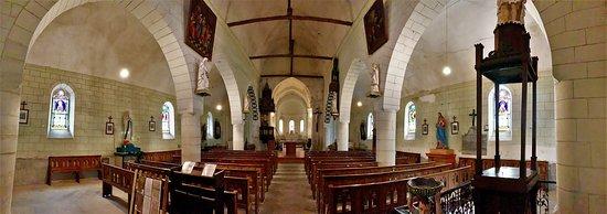 Eglise Saint Médard: Une belle église dans un charmant village. Une promenade dans ce village authentique, vert et fleuri, traversé par La Claise, permet de découvrir un calvaire original près d'une fontaine et d'une source miraculeuse.