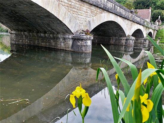 Chaumussay, France : Une belle église dans un charmant village. Une promenade dans ce village authentique, vert et fleuri, traversé par La Claise, permet de découvrir un calvaire original près d'une fontaine et d'une source miraculeuse.