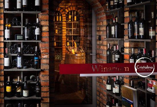"""Cristalino Kuchnia i Wino: Winarium - nasza """"piwniczka"""" z dwiema strefami.  Wina czerwone przechowywane w temp 16-18 stopni, białe, wzmacniane oraz mocne trunki 7-10 stopni."""
