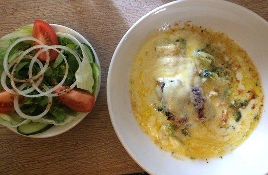 Horningsea, UK: Salmon & broccoli lasagne