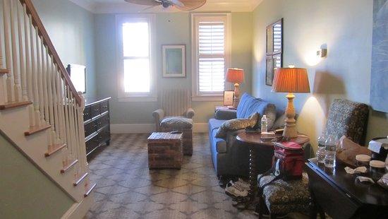 Andrew Pinckney Inn : living room - townhouse suite