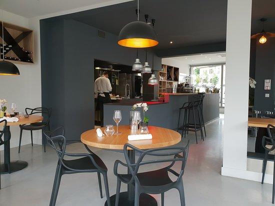 Voici une vue de la salle, avec la cuisine ouverte et le ...