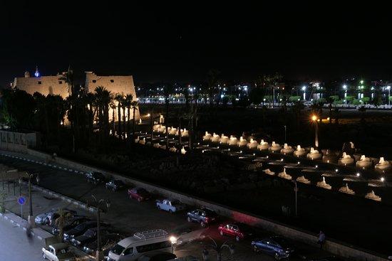 Al-Sahaby Lane Restaurant: vistas del templo de Luxor desde su terraza