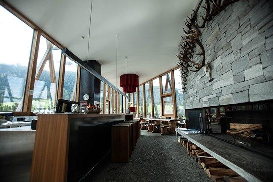 S-chanf, Zwitserland: Die Pizzeria und Bar laden zum gemütlichen Verweilen vor und nach dem Bowlen, Klettern und Fitten ein.