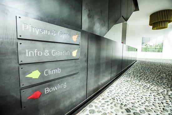 S-chanf, Sveits: SERLAS Parc bietet vielfältige Möglichkeiten der Verpflegung, der Unterhaltung sowie der Entspannung! Im Bereich der Verpflegung steht die  Pizzeria dem Besucher zur Verfügung. Zusätzlich gibt es 4 Mini-Bowlinganlagen für Spiel und Spass für Gross und Klein.