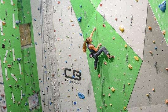 S-chanf, Zwitserland: Auf ca. 450qm Kletterfläche sowie ca. 120 qm Boulderwänden bieten sich Entfaltungsmöglichkeiten für jeden Schwierigkeitsgrad und Ausbildungsstand