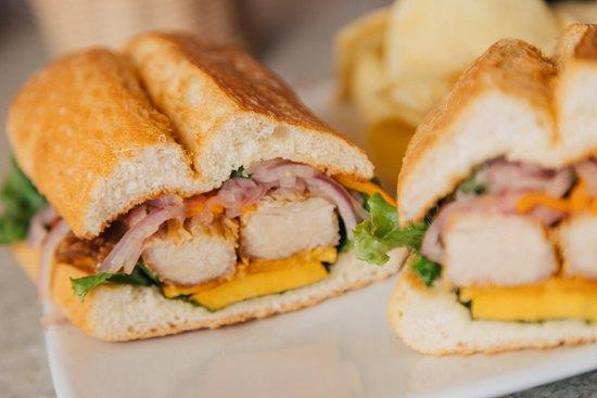 Capriccio: En pan ciabatta, chicharrón, camote frito y salsa criolla.   CHICHARRÓN CLÁSICO.