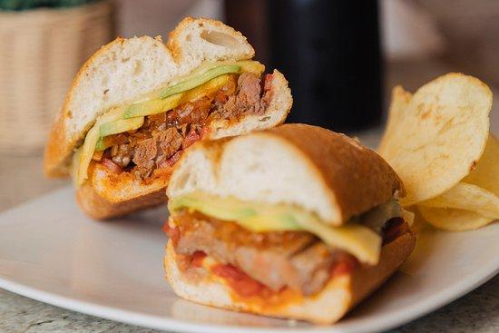 Capriccio: Lomo fino, rodajas de palta, tomate, chimichurri picantón y queso en pan ciabatta.   LOMO PAMPERO