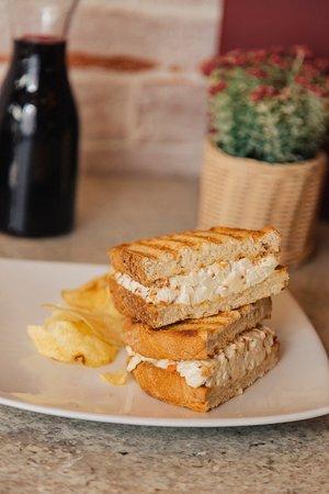 Capriccio: Queso crema, blue cheese, mayonesa, tocino y manzana, en pan campesino.  APPLE CHEESE