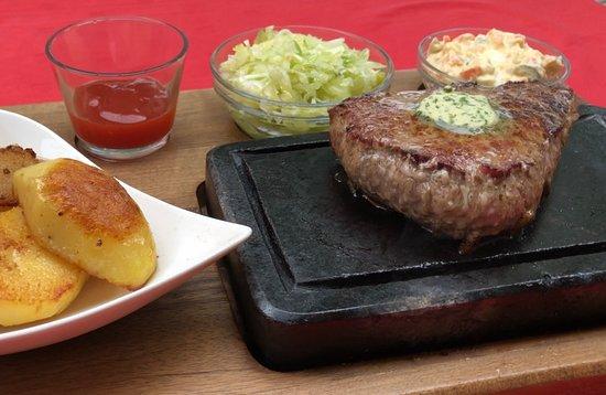 Maglaj, Bośnia i Hercegowina: Classic steak on hot stone with salat and potatoes.