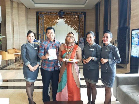 Wyndham Opi Hotel Palembang: Trims Dina, Yolanda, nurika surprise nya, perhatian dan layanan terbaik. Mau check out, istri dapat kejutan ucapan selamat ultah..