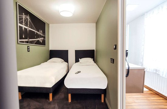 B Hotel: Guest room