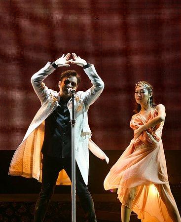 Haikou, Çin: 《銀河歲月40載》巡迴演唱,海口站逾3萬名歌迷,成首日預訂票房之最,可見海口歌迷非常熱切期待校長來臨,由於大受現場氣氛感動,校長自行加時四十分鐘,多唱了五六首歌才完場。今次將海口市與校長拉埋一齊,幕後功臣就是前亞洲小姐冠軍、繁星文化工作室執行董事李妮。