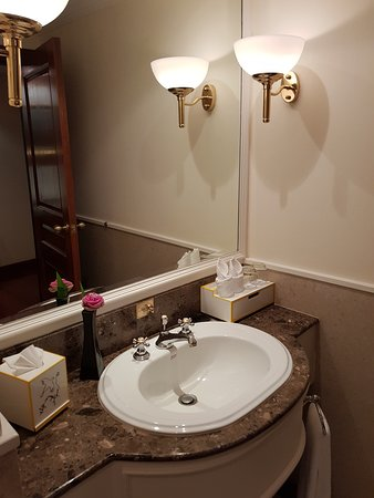 Sofitel Angkor Phokeethra Golf and Spa Resort: Prestige Suite second bathroom