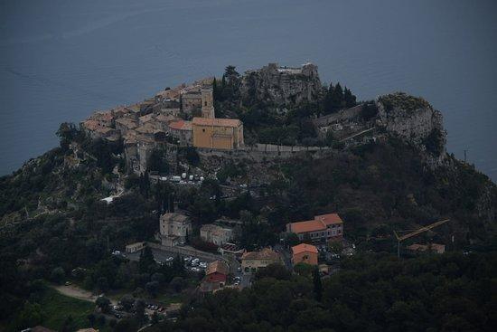 Eze, Francia: La vista de Èze desde el camino al fuerte de la Riviera
