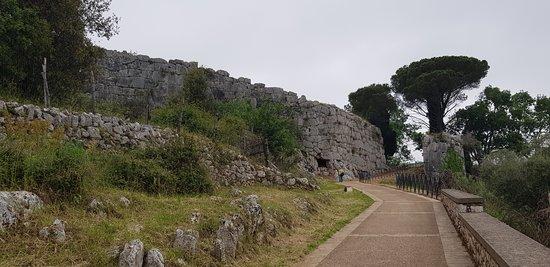 Parco Archeologico di Norba: La via che porta alla Porta Maggiore con le mura ciclopiche