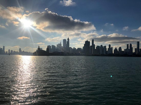 ‪شيكاغو, إلينوي: The sun is setting in Chicago‬