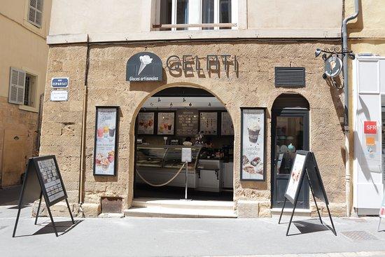 Gelati: A l'angle de la rue Bédarrides et de la rue Espariat.