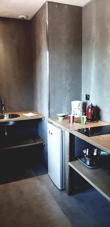 avec petite cuisine en matériaux nobles