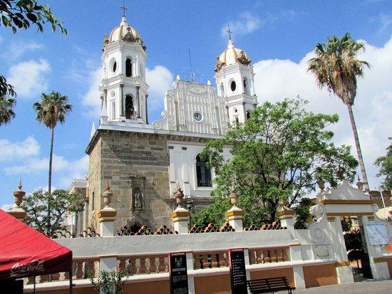Tlaquepaque, Mexico: La iglesia tiene una presencia bastante importante