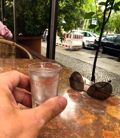 Athena Grill: Eisgekühlter Ouzo auf das Haus