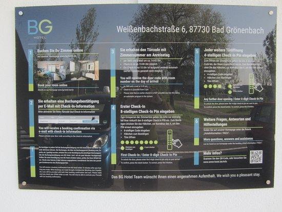 Bad Groenenbach, Γερμανία: BG Hôtel à Bad Grönenbach Panneau Extérieur avec Infos pour Composer le Check-In en Premier, une Seule Fois le N° à 9 Chiffres ; Exemple  123456789 et la Touche  V (Validation). Et après, Pour Chaque Entrée, Seul le Code à 4 Chiffres et la Touche V (Validation).