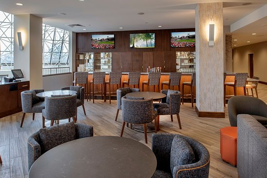 Crowne Plaza St Louis Airport: Have a drink and relax with great food.